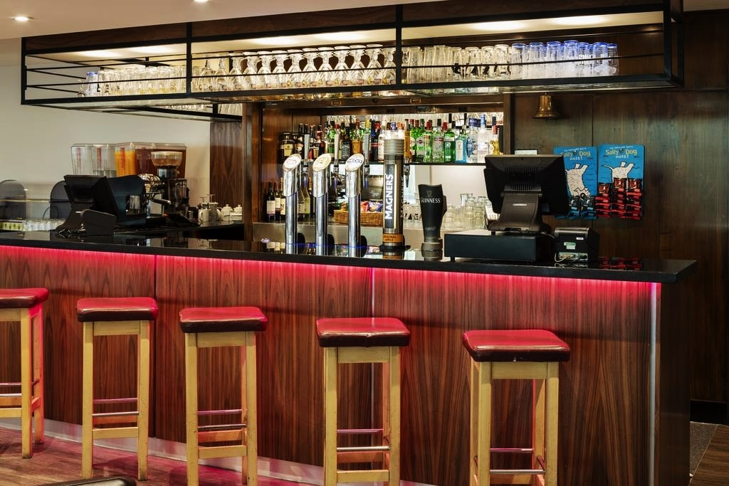 фото St Giles Heathrow Feltham bar