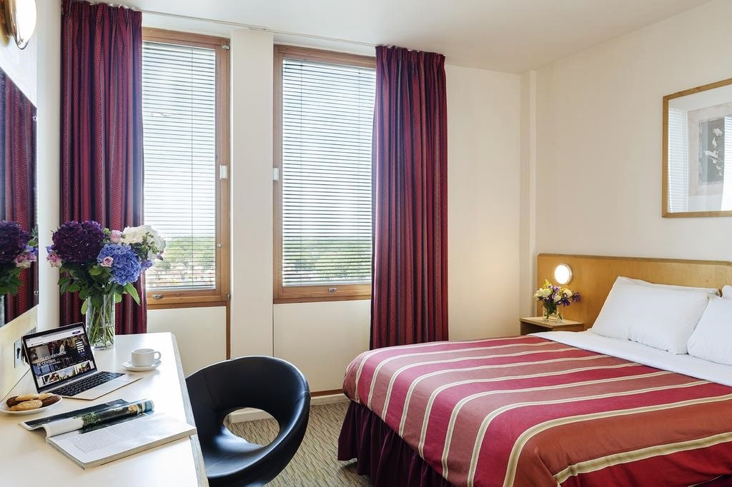 фото St Giles Heathrow Feltham room